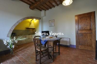 El apartamento Petrarca dispone de una única y diáfana estancia. En la foto, la cocina y la zona de comedor. La puerta del fondo es la del baño.