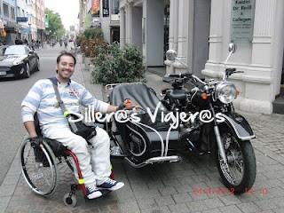 Moto con sidecar aparcada en una de las calles