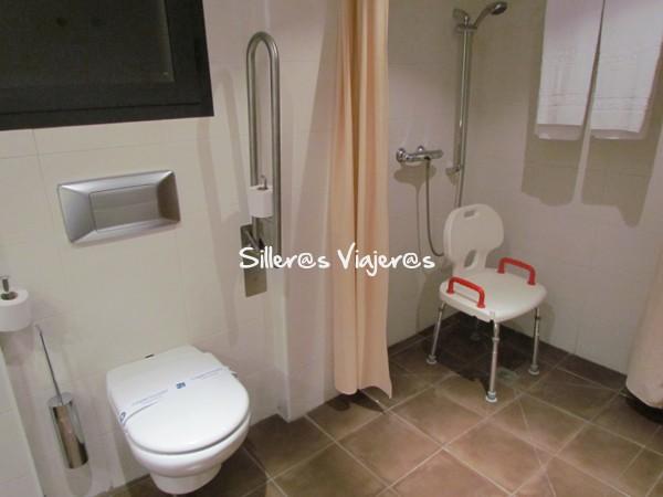 Baño de la habitación adaptada