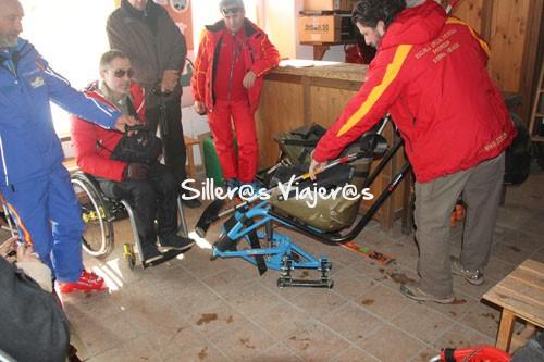 Monitores explicanado la adaptación en el esquí