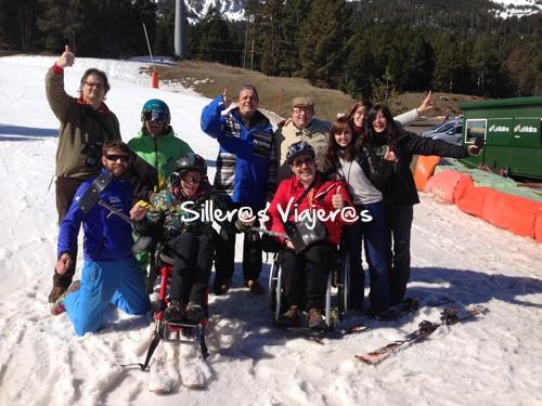 Gran grupo de amigos y compañeros esquiando
