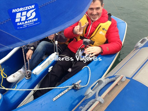 Montado en el barco de vela