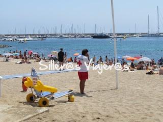 Sillas anfibias en la playa accesible