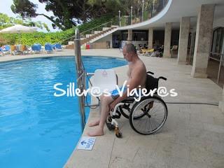 Piscina adaptada del Hotel con silla hidráulica
