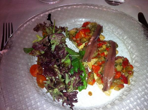 Plato en la zona con anchoas en salazón con aceite de oliva