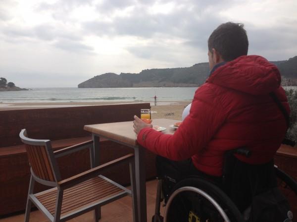 Descanso con buenas vistas en la terraza del bar