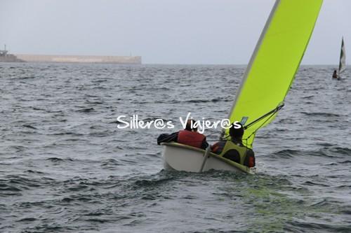 Silleros viajeros practicando vela accesible en Gijón