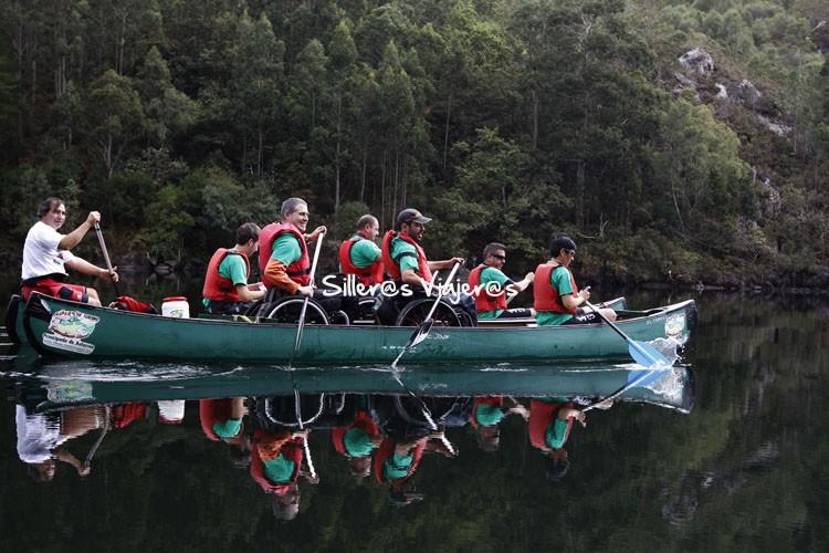 Remando en la canoa los silleros
