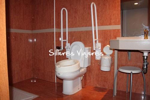 Baño accesible en habitación adaptada