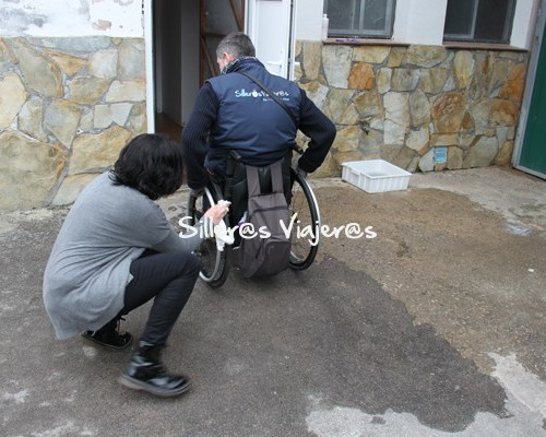 Desinfectando la silla de ruedas