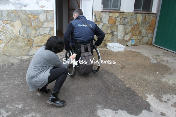 Ante de entrar a la quería, desinfectan las ruedas