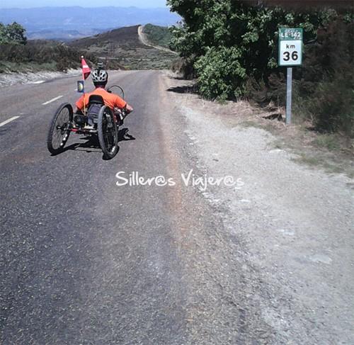 Por el carril de la carretera haciendo el Camino de Santiago