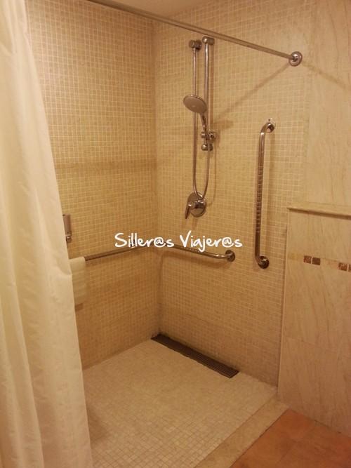 Ducha adaptada del baño de la habitación