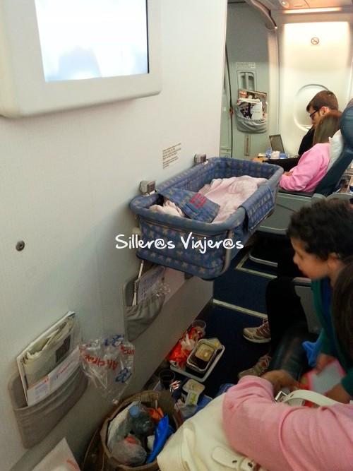 Cuna en el avión