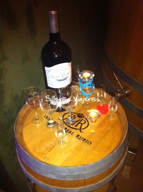 Botella de vino grande en la bodega de 'Bodega y Viñedos Real Rubio'