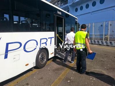 Bus adaptado en la ciudad
