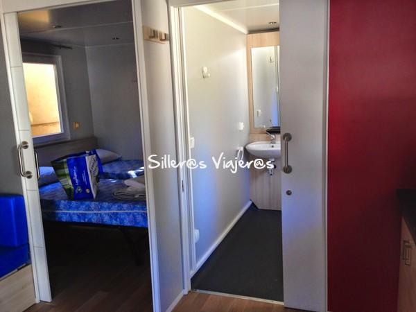 Habitación con doble cama y aseo adaptado