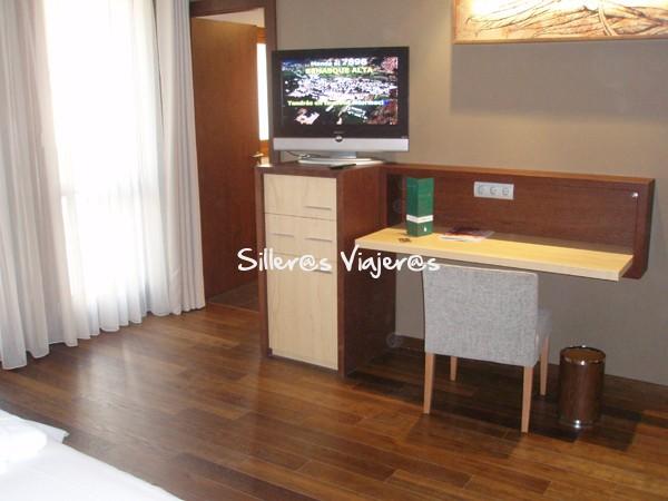 Escritorio, televisión y espacio en la habitación del hotel