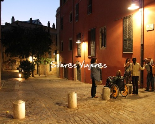 Casco antiguo accesible de Girona por la noche