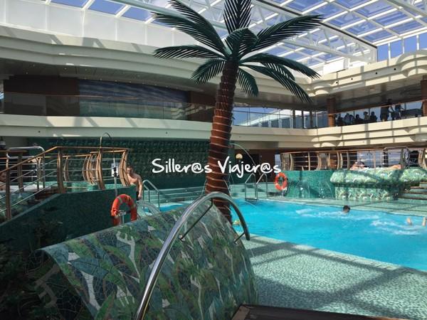 piscina cubierta en crucero adaptado por el Mediterraneo