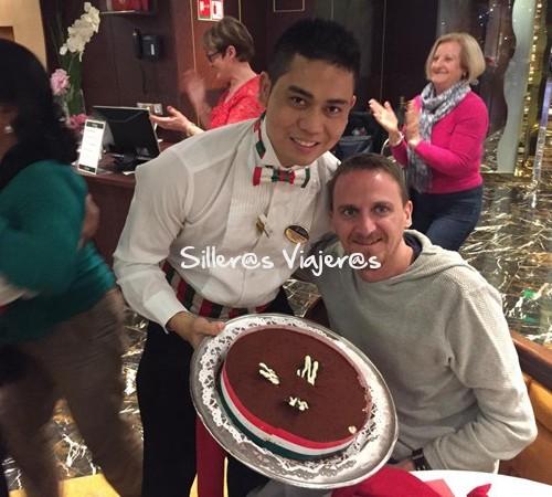 tarta de cumpleaños en crucero adaptado por el Mediterraneo