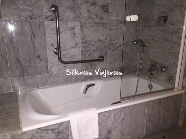 Bañera en el aseo adaptado de la habitación en el Parador de Cardona.
