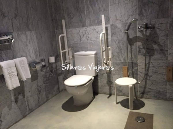 Baño adaptado en la habitación del Parador de Cardona.
