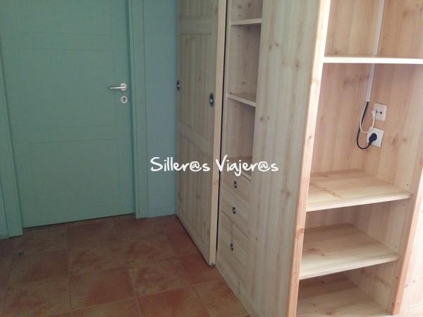 Puerta y armarios de la habitación.