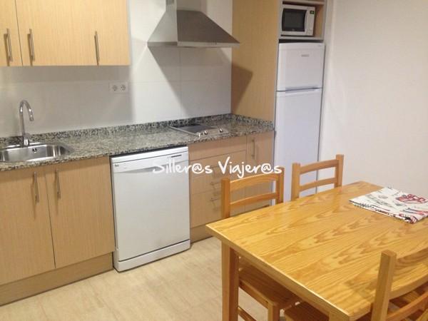 Cocina y mesa comedor del apartamento adaptado.
