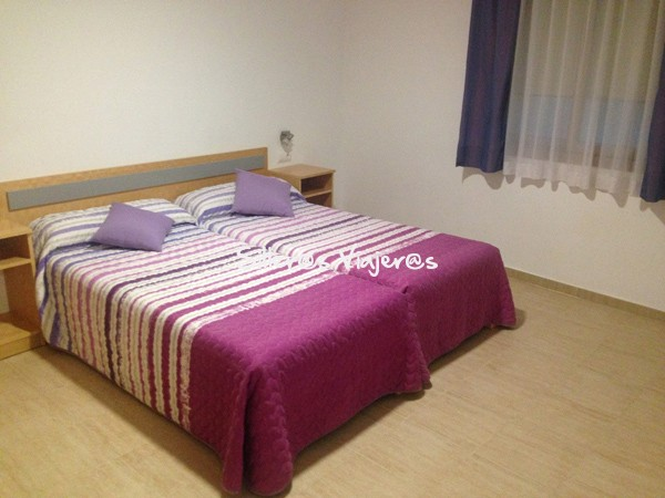 Habitación con camas individuales en el apartamento.