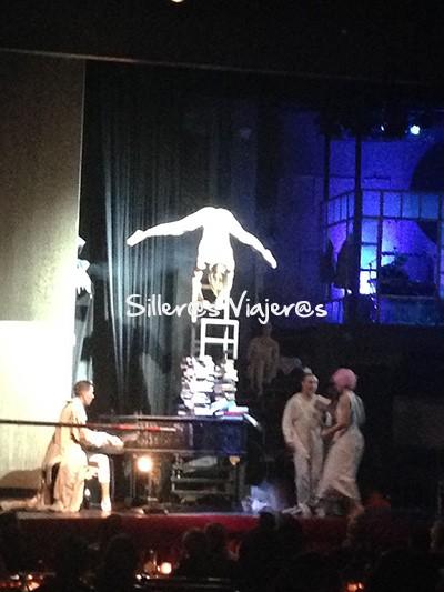 Actuación en el escenario del teatro de variedades Wintergarten