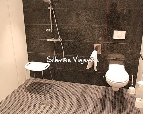 Baño adaptado de habitación adaptada para silla de ruedas en el Hotel Motel One Magdeburgo