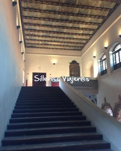 Escalinata en el interior del Palacio de la Aljafería