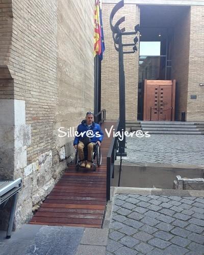 Acceso Palacio de la Alfajería en silla de ruedas
