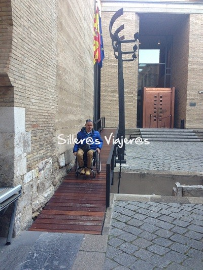 Rampa accesible en el interior del Palacio de la Aljafería.