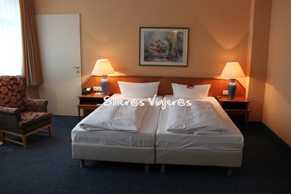 Habitación adaptada para silla de ruedas del Hotel Ratswaage de Magdeburgo