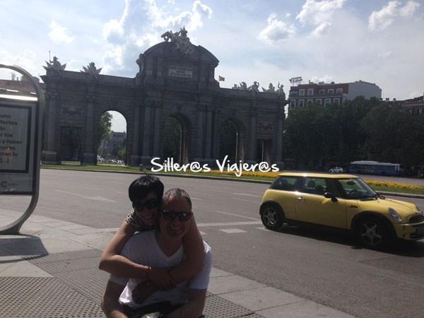 Visita a Madrid, la Puerta de Alcalá de fondo.