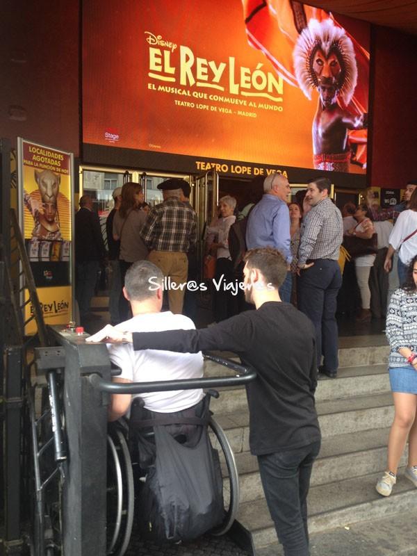 Entrada al teatro accesible con un salva escaleras vertical.