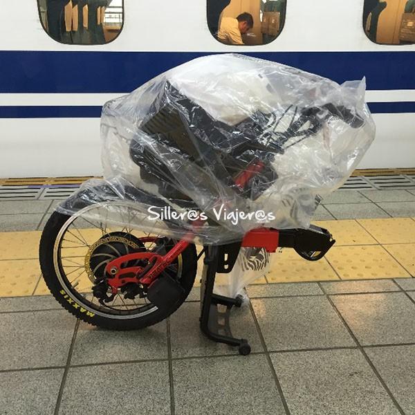 Batec en el tren, desenganchada y cubierta con un plástico.