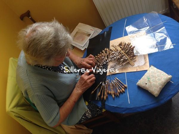 Anciana en el Museo del Encaje practicando esta labor tradicional con bolillos