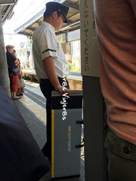 Paradas de trenes con empleados con rampas móviles.
