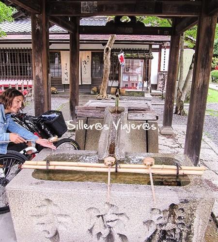 Ritual purificador a la entrada de un templo
