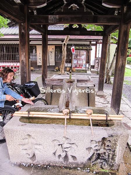 Ritual purificador a la entrada de un templo.