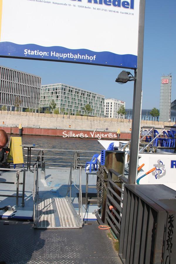 Rampa para acceder al barco para la excursión.