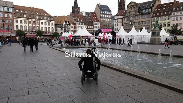 Plaza muy bien accesible en Strasburgo.