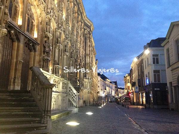 Calles turísticas muy bien iluminadas