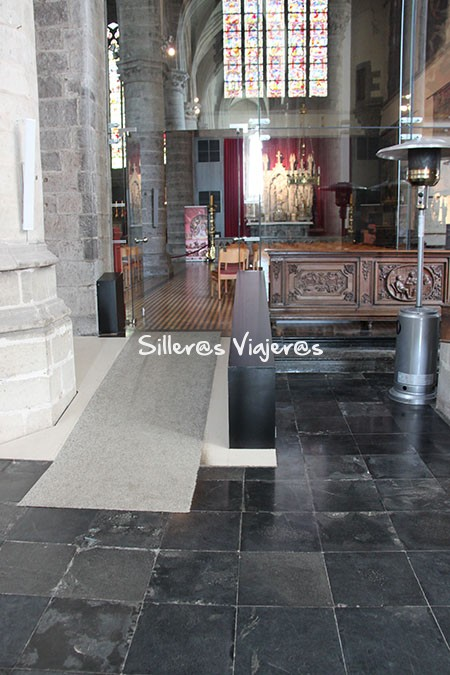 Rampa accesible en el interior de la Iglesia de San Walburgakerk