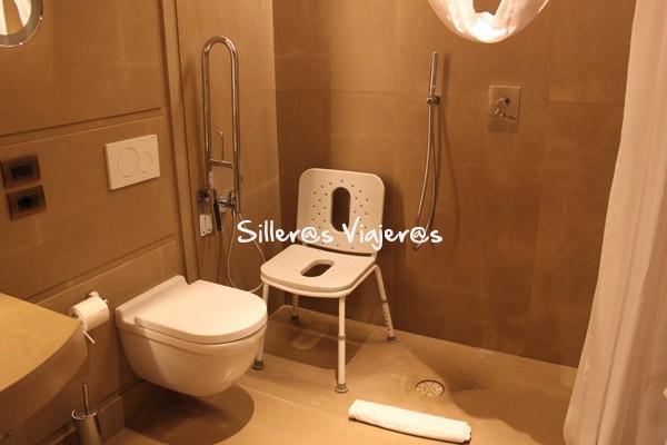 Baño de la habitación del hotel adaptado