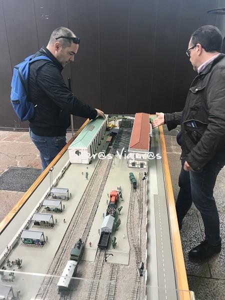 Maqueta de estación de tren accesible para personas con discapacidad visual