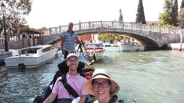Paseo en góndola por uno de los canales venecianos.